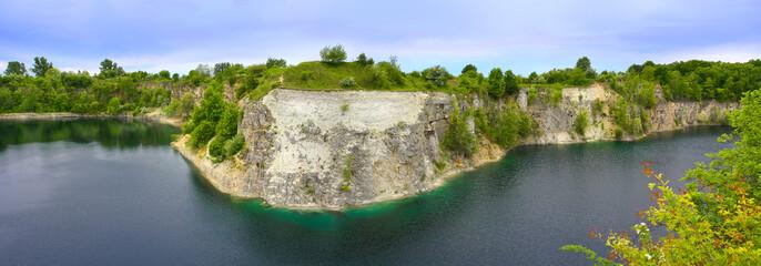 Wall Mural - Skalisty brzeg jeziora po wykopaliskach kamieniołomu