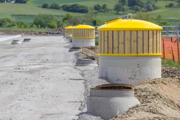 Baustelle und neue Müllcontainer für einen Autobahnparkplatz