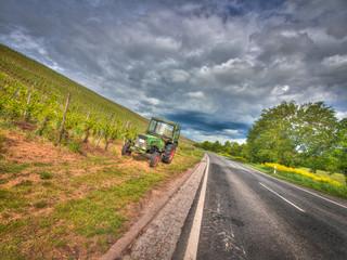 traktor weinberge