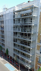 Péparation d'un échafaudage devant un immeuble