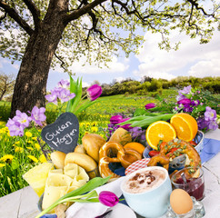 Guten Morgen: Frühstücks-Vielfalt unter blühendem Baum