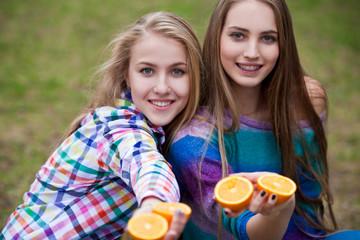 Фото две юные девочки с парнем фото 675-748
