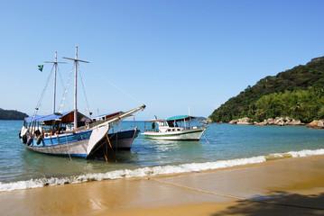 Segelboote vor Strand Lopes Mendes Insel Ilha Grande Brasilien