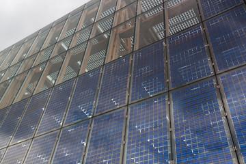Glasfassade mit Solarmodulen