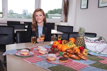 Picknick im Büro, Geschäftsfrau macht Pause