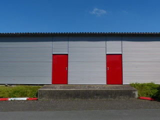 Gebäude mit roten Stahltüren am Segelflugplatz Oerlinghausen
