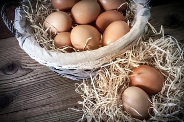 cestino con uova fresche