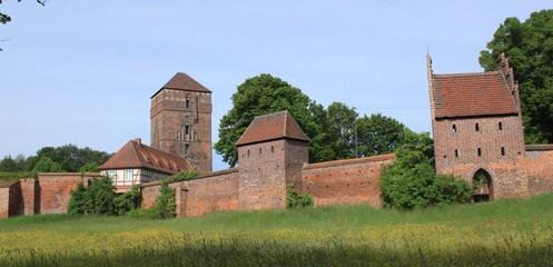 Blick auf die Wittstocker Stadtmauer und die Alte Bischofsburg