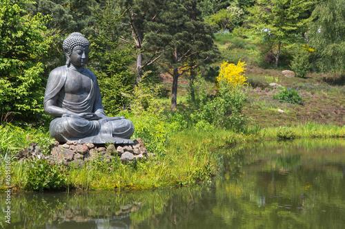 Buddha Figur Im Garten Am Teich Als Dekoration