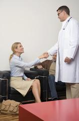 Arzt Händeschütteln mit einem Patienten