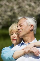 Deutschland,Baden Württemberg,Tübingen,älteres Paar umarmt,die Augen geschlossen,close-up
