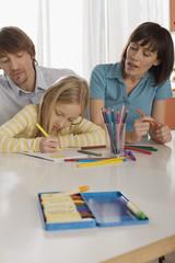 Mädchen (8-9) Malerei mit Eltern