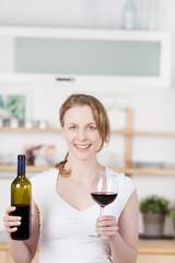 lächelnde frau mit einem glas rotwein
