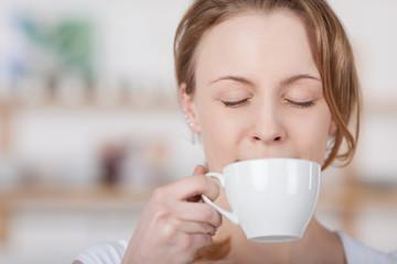 entspannte frau mit einer tasse kaffee