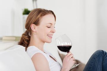 attraktive frau mit einem glas rotwein