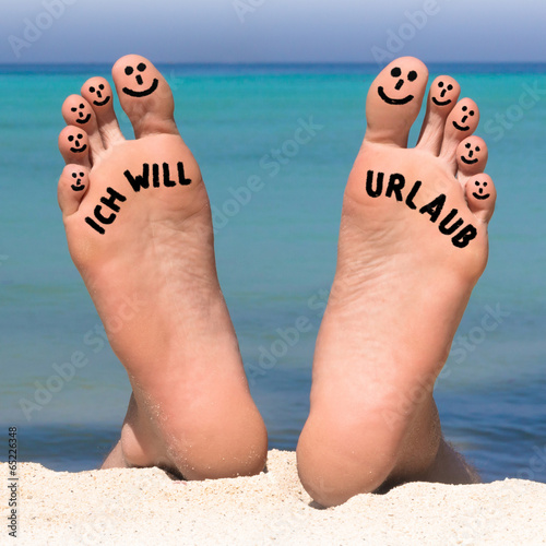 Füße am Strand - Ich will Urlaub Stockfotos und