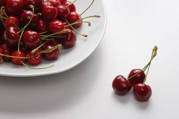 Cerezas en un plato blanco