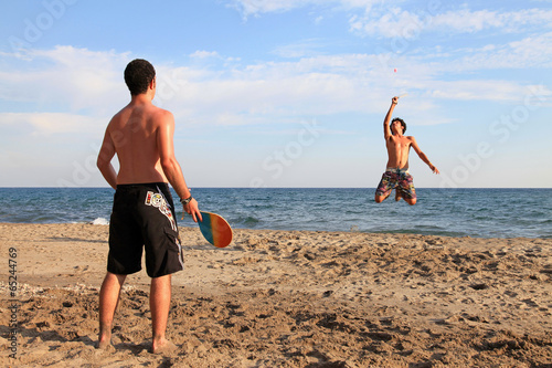 Pareja De Jovenes Jugando En La Playa 6537 F14 Stock Photo And
