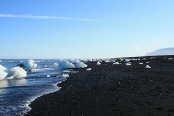 spiaggia di iceberg e lava in islanda