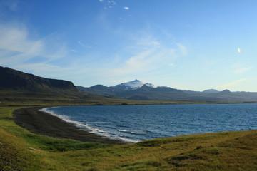 vulcano con neve e spiaggia di lava in islanda