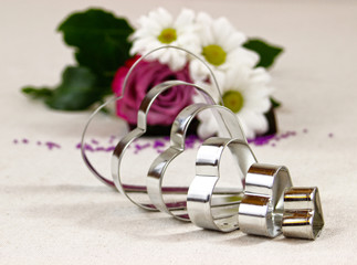 Metalowe serca i kwiaty