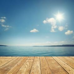Fototapete - Landschaft mit Holt und See / Meer im Hintergrund