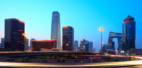 In de dag Beijing Beijing's modern skyline at dusk