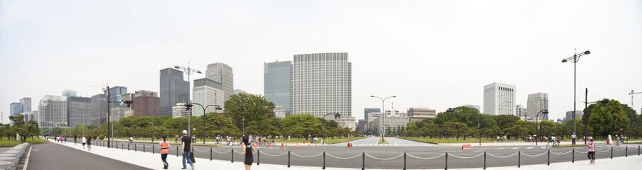 東京・丸の内のビル群と皇居のランニングコース