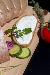 frisch geschnittenes Brot mit Kraeuterquark bestrichen 4