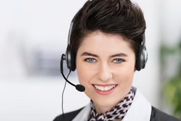 freundliche service-mitarbeiterin mit headset