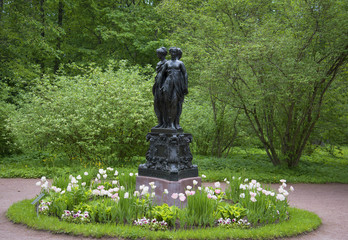 "Вид на скульптуру ""Три грации"" в дворцовом парке Ораниенбаума"