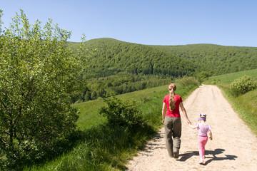 Fototapeta Turyści na górskim szlaku, Bieszczady, Polska obraz