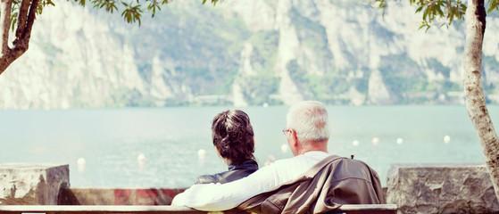 Älteres Paar sitzt gemütlich am See