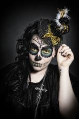 Junge Frau mit Sugar Skull Make up und Hut mit Spinne