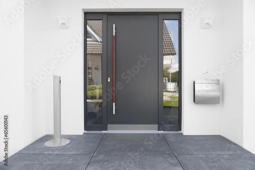 haust r mit glaseinsatz stockfotos und lizenzfreie bilder auf bild 65600143. Black Bedroom Furniture Sets. Home Design Ideas