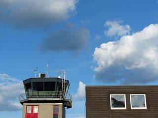 Blauer Himmel und Wolken über dem Flugplatz Oerlinghausen