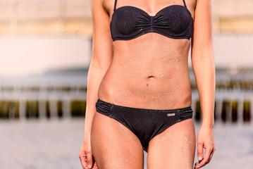Schlanke Frau trägt einen Bikini