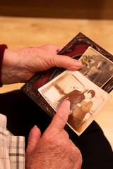 Oma schaut sich die fotos von früher an