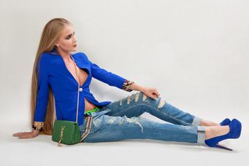 Модная девушка в джинсах и сумкой
