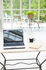 テーブルの上のパソコン