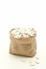 semi di zucca sfondo bianco