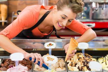 Verkäuferin in Eisladen oder Eisdiele mit Eis