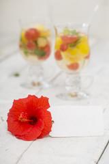 Schild mit Blüte vor Cocktails