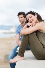 junges paar schaut entspannt auf das meer