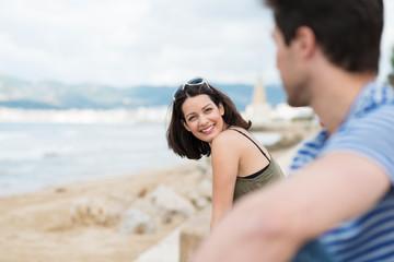 entspannte junge frau mit ihrem freund am strand