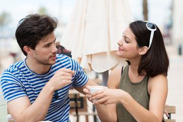 junges paar redet im straßen-café