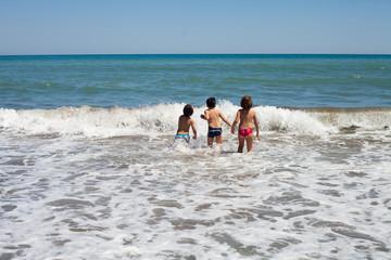 fala Morze Śródziemne Hiszpania plaża dzieci zabawa skakanie