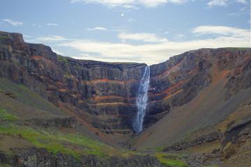 Cascata con formazioni geologiche