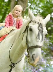 Enfants et grand cheval
