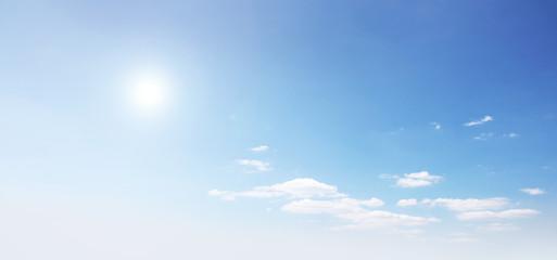 Wunderschöner blauer Himmel